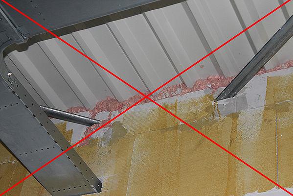 foutieve brandwerende aansluiting wand plafond met purschuim